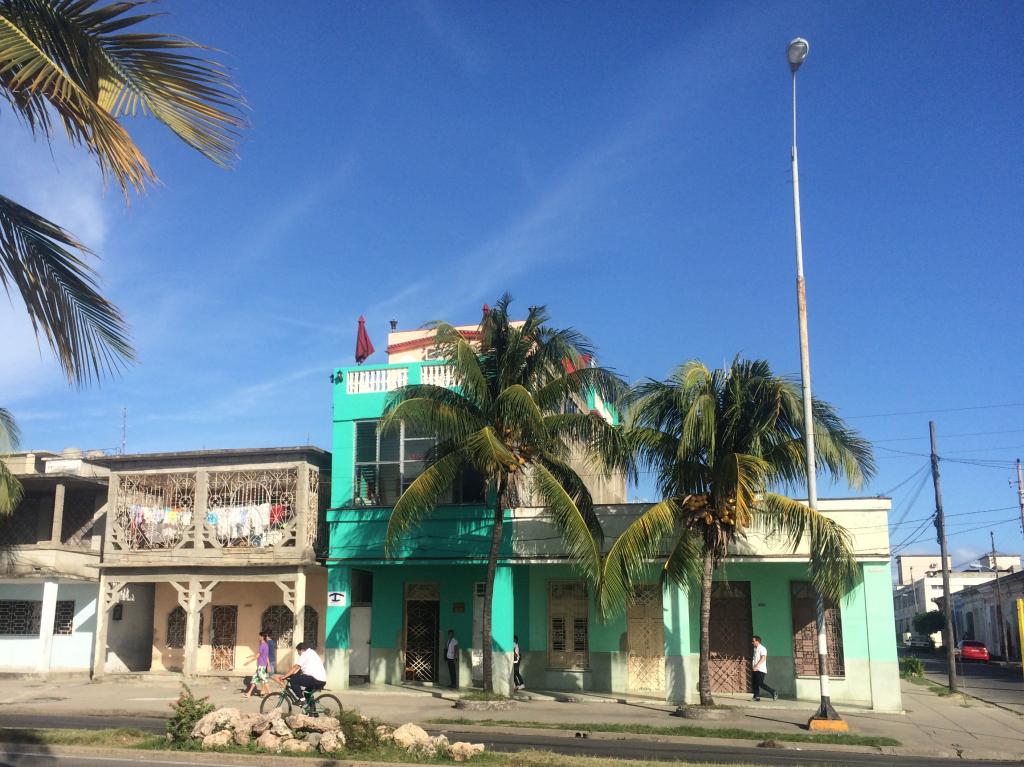 Prado gatan í Cienfuegos við strönd karabíska hafsins.