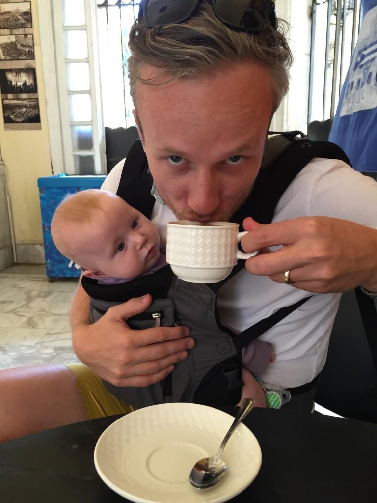 Ég drekkandi frábært kúbverskt kaffi á Byltingasafninu í Havana með Björgu í poka.