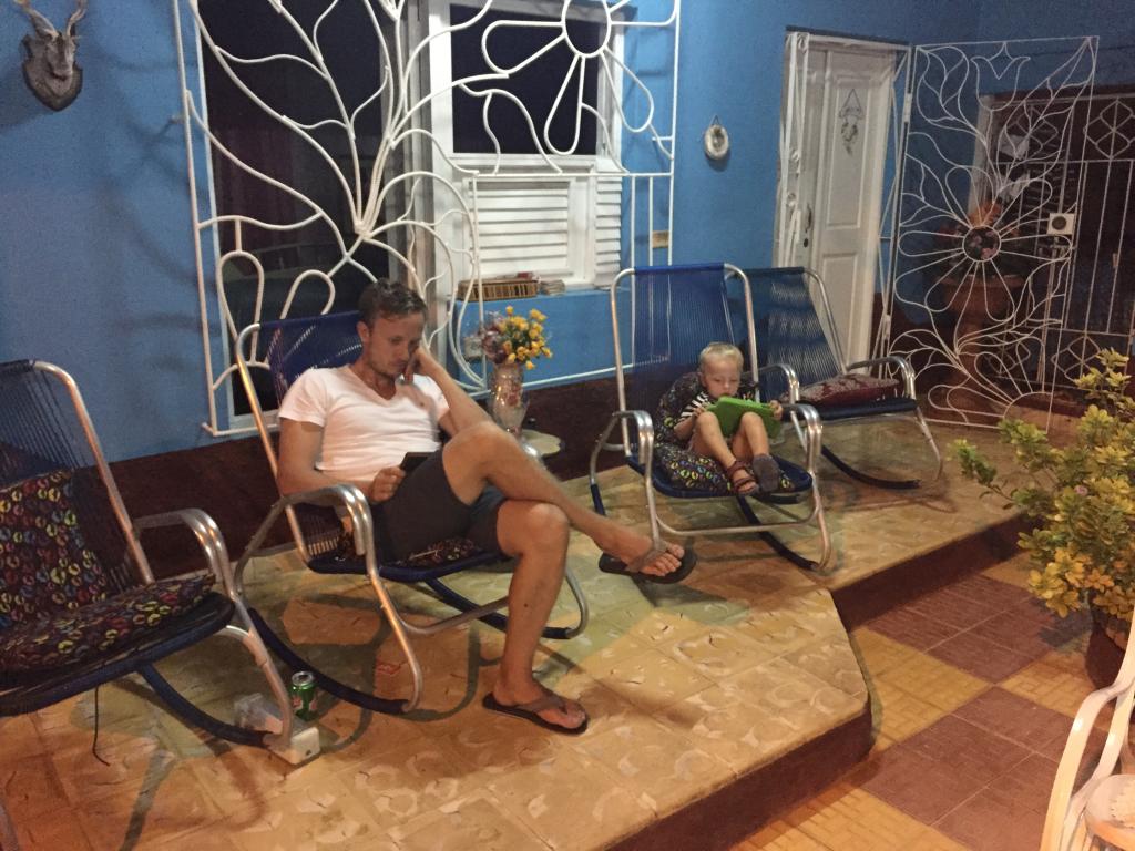 Ég og Jóhann slöppum af um kvöld á casa particular í Trinidad.